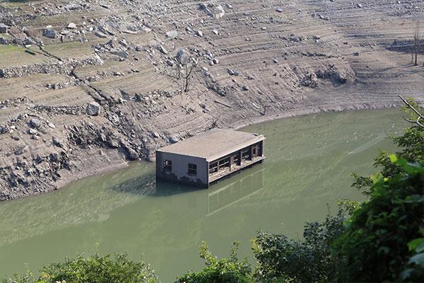 渇水になるとダム湖のなかから旧村役場が顔をだす!?