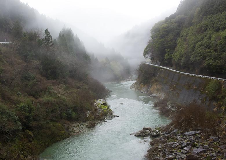 雨にけぶる川や山